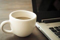 Taza de cofee en el vidrio blanco Foto de archivo libre de regalías