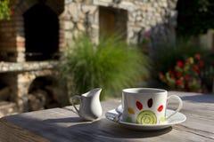 Taza de Cofee en la tabla de madera Foto de archivo libre de regalías