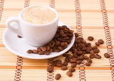 Taza de cofee y de granos Imagen de archivo libre de regalías