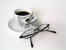 Taza de Coffe con los vidrios Imagenes de archivo