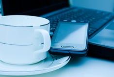 Taza de Coffe en el escritorio Imagen de archivo