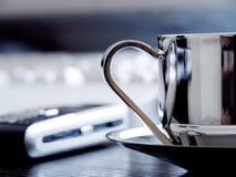Taza de Coffe en el escritorio Imágenes de archivo libres de regalías