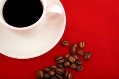 Taza de coffe en rojo fotografía de archivo