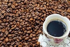 Taza de coffe y de granos Imagen de archivo libre de regalías