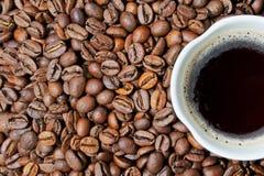 Taza de coffe y de granos Fotografía de archivo