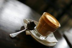 Taza de crema batida de chocolate   Fotografía de archivo