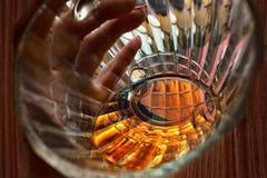 Taza de cristal de cerveza a disposición, mirada dentro Fotografía de archivo libre de regalías