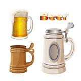 Taza de cristal de la cerveza con espuma, la taza bávara y de madera antigua Foto de archivo