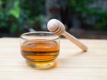 Taza de cristal de miel y de cazo de la miel Fotos de archivo libres de regalías