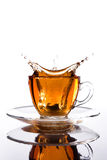 Taza de cristal de té con el chapoteo hacia fuera Fotografía de archivo
