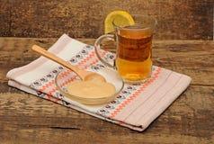 Taza de cristal de té con la miel Imagen de archivo