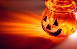 Taza de cristal del pote de celebración de días festivos fantasmagórica de Halloween con la luz del resplandor fotos de archivo libres de regalías