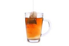 Taza de cristal del té con la bolsita de té Foto de archivo