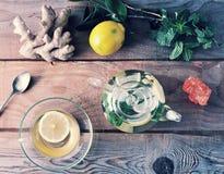Taza de cristal de la tetera y del vidrio de té con el jengibre y limón y menta Imagen de archivo