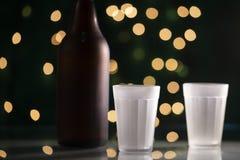 Taza de cristal y una botella de cerveza Imagen de archivo libre de regalías