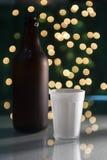 Taza de cristal y una botella de cerveza Fotografía de archivo libre de regalías