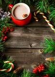 Taza de decoraciones del chocolate caliente y de Navidad en fondo de madera fotos de archivo