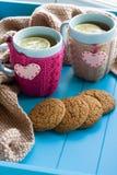 Taza de dos azules de té en suéter hecho punto con fieltro de los corazones Imágenes de archivo libres de regalías