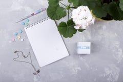 Taza de espacio en blanco de papel del café sólo y del cuaderno concepto para las mujeres Fotos de archivo libres de regalías