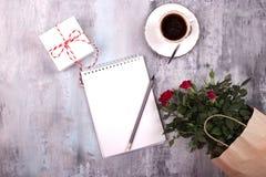 Taza de espacio en blanco de papel del café sólo y del cuaderno concepto para las mujeres Foto de archivo libre de regalías