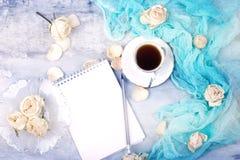 Taza de espacio en blanco de papel del café sólo y del cuaderno concepto para las mujeres Imágenes de archivo libres de regalías