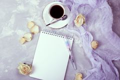 Taza de espacio en blanco de papel del café sólo y del cuaderno concepto para las mujeres Fotos de archivo