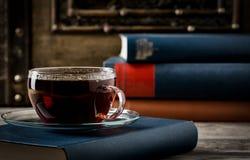 Taza de estilo retro del té y de los libros viejos Fotografía de archivo