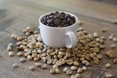 Taza de Expresso llenada de los granos de café Fotos de archivo