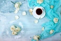 Taza de flores color de rosa del café Opinión superior de la endecha plana Imagen de archivo