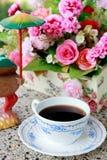 Taza de fondo del café y de la flor de la falta de definición Fotografía de archivo libre de regalías