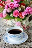 Taza de fondo del café y de la flor de la falta de definición Fotografía de archivo