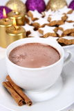 Taza de galletas del chocolate caliente y de la Navidad Foto de archivo libre de regalías