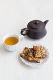 Taza de galletas del té y de la nuez Foto de archivo libre de regalías