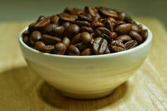Taza de granos de café Imagen de archivo libre de regalías