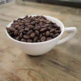 Taza de granos de café fotos de archivo libres de regalías