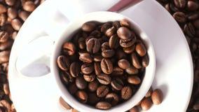 Taza de granos de café almacen de metraje de vídeo