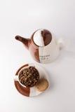 Taza de granos de café marrones asados Fotos de archivo libres de regalías