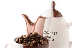 Taza de granos de café marrones asados Imagen de archivo libre de regalías