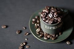 Taza de habas del café express Imagen de archivo