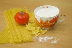Taza de harina con espaguetis Foto de archivo libre de regalías