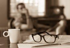 Taza de hombre del periódico del café imágenes de archivo libres de regalías