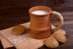 Taza de la arcilla con leche Foto de archivo