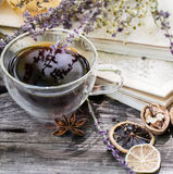 Taza de la composición de té en fondo de madera Imagen de archivo