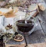 Taza de la composición de té en fondo de madera Fotos de archivo libres de regalías