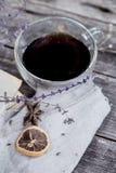Taza de la composición de té en fondo de madera Fotografía de archivo libre de regalías