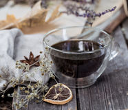 Taza de la composición de té en fondo de madera Imagenes de archivo