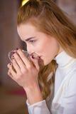 Taza de la explotación agrícola de la muchacha de té Fotografía de archivo