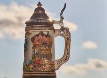 Taza de la lata de cerveza imagen de archivo libre de regalías