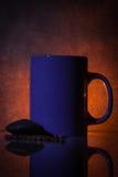 Taza de la lavanda de chocolate contra un fondo oscuro y dramático Imagenes de archivo