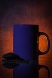Taza de la lavanda de chocolate contra un fondo oscuro y dramático Imagen de archivo